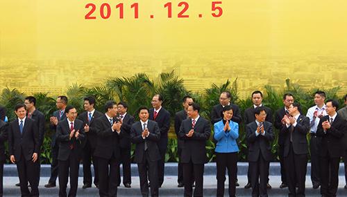 Funcionarios del gobierno asisten a nuestra ceremonia de apertura.